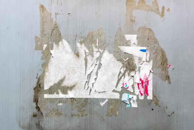 Trace d'autocollant et trace de colle sur la texture du mur gris. parfait pour le fond. Photo Premium