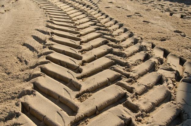 Traces de roues sur le sable Photo Premium