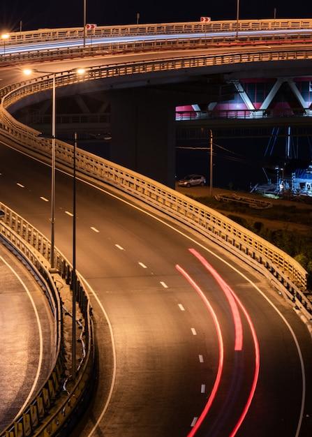 Traces de voiture de route. peinture de nuit à rayures. Photo Premium