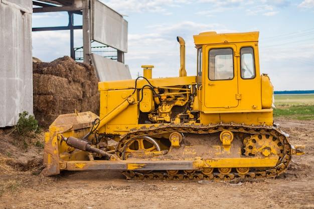 Tracteur à chenilles jaune Photo Premium