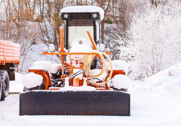 Tracteur dans la neige froide l'hiver Photo Premium