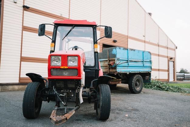 Tracteur à l'extérieur de la grange Photo gratuit