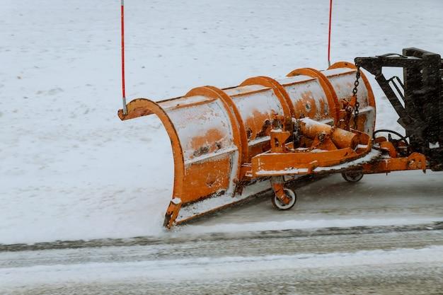Tracteur ouvre la voie après de fortes chutes de neige. Photo Premium