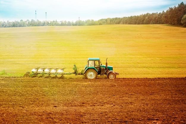 Tracteur rouge dans le champ. Photo Premium