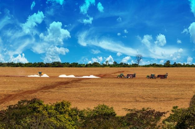 Tracteurs Préparant Le Sol à La Ferme Photo Premium