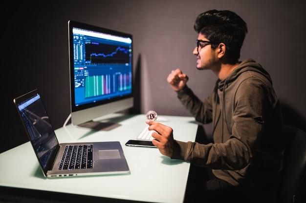 Trader Indien Avec Bitcoin Vérification Du Concept D'analyse Des Données De Négociation D'actions Travaillant Au Bureau Avec Graphique Financier Sur Les écrans D'ordinateur Photo gratuit
