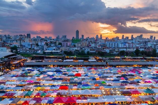 Train du marché nocturne de ratchada, Photo Premium