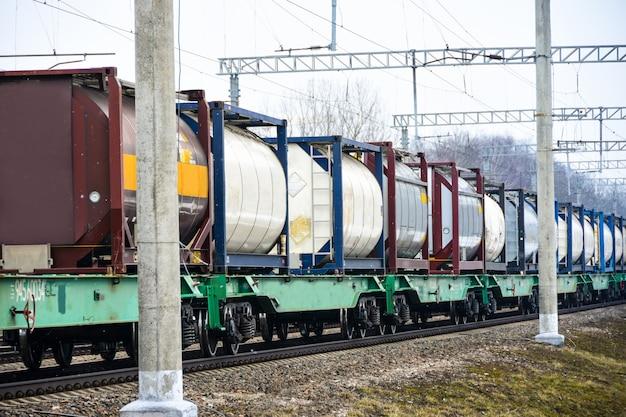 Le Train De Fret Ferroviaire Suit Les Voies Ferrées Photo Premium