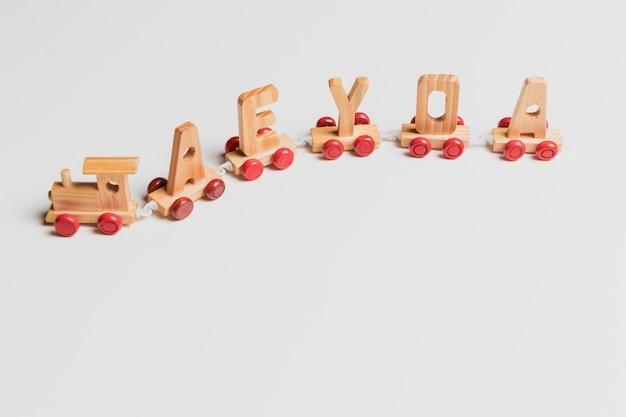 Train jouet avec des lettres Photo gratuit
