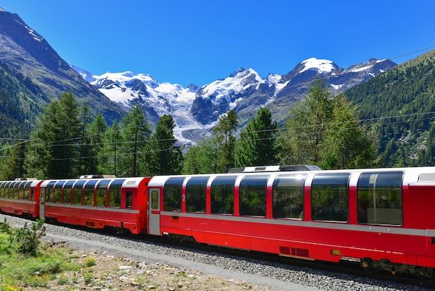 Train De Montagne Suisse Bernina Express A Traversé Les Alpes Photo Premium