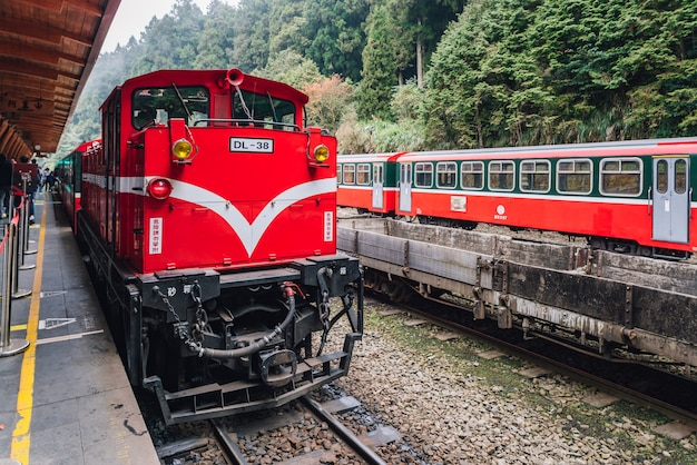 Le Train Rouge Sur Le Chemin De Fer De La Forêt D'alishan S'arrête Sur Le Quai. Photo Premium