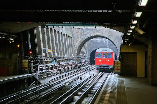 Train rouge à londres Photo Premium