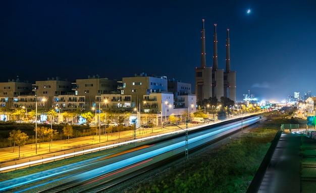 Train traversant une zone industrielle Photo Premium
