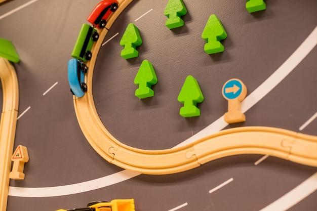 Trains en bois dans une aire de jeux intérieure ou un centre d'amusement Photo Premium