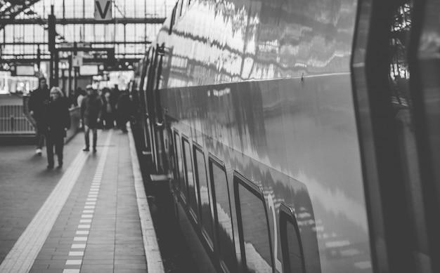 Trains néerlandais à la gare centrale d'amsterdam Photo Premium