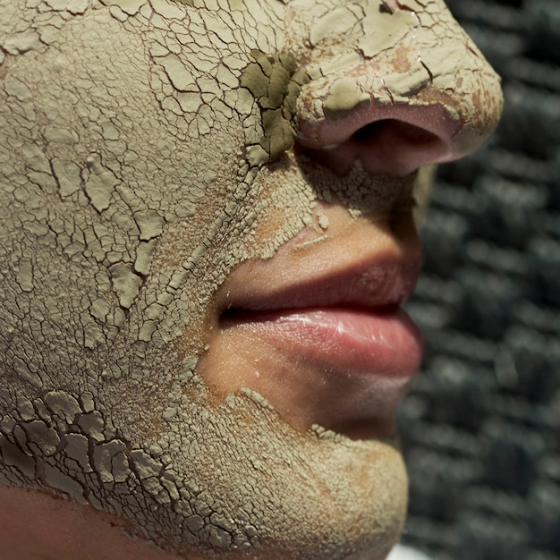 Traitement boue visage en gros plan Photo gratuit