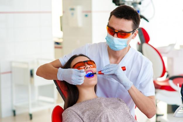 Traitement des caries, médecine moderne. stomatologie Photo Premium