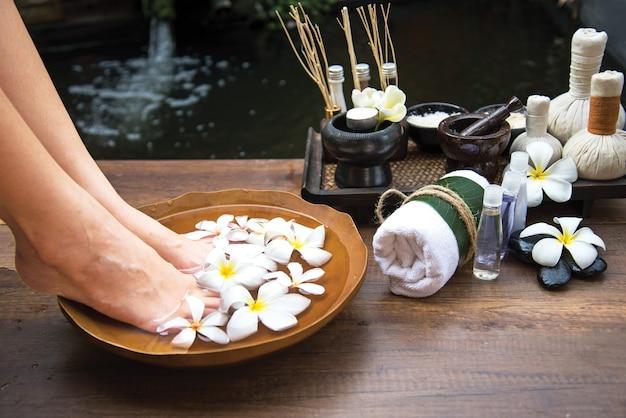 Traitement de massage thai spa et produit pour les pieds en bonne santé des femmes et des ongles, thaïlande Photo Premium