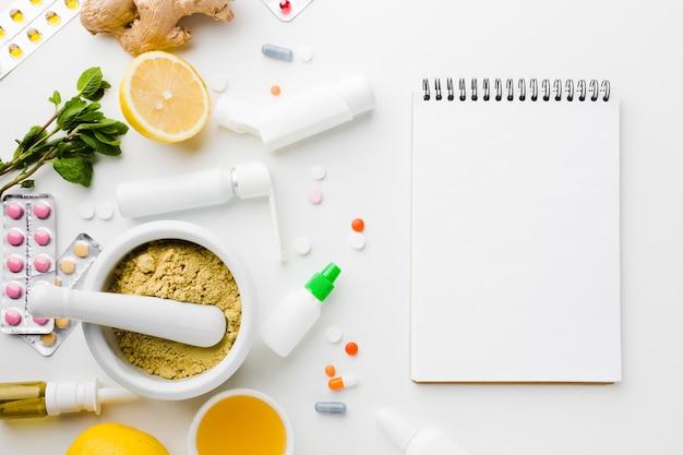 Traitement Naturel Et Pilules De Pharmacie Avec Bloc-notes Photo gratuit