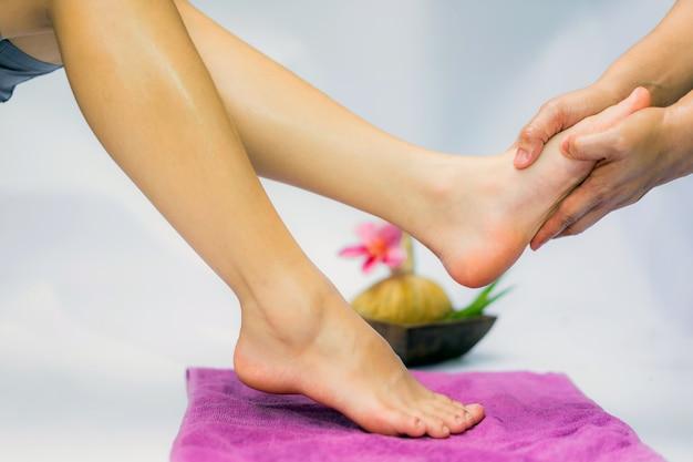 Traitement de spa et produit pour spa pieds avec des fleurs; sélectionnez et soft focus. Photo Premium