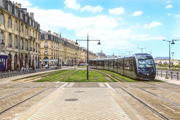 Tram Dans Le Centre De Bordeaux En France. Le Réseau De Tramway De Bordeaux Est Remarquable Photo Premium