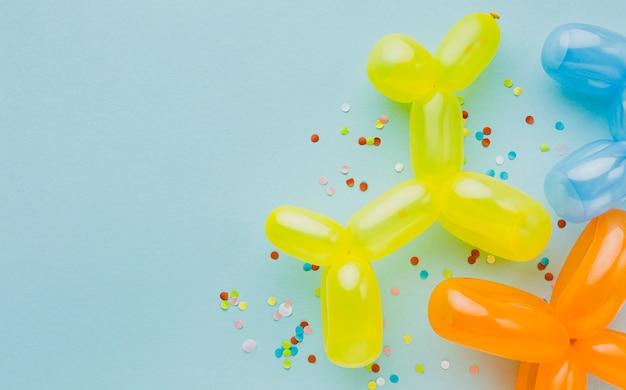 Trame de fête vue de dessus avec ballons et fond bleu Photo gratuit