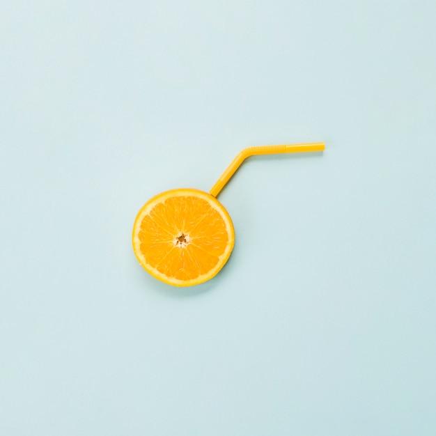 Tranche d'agrume orange mûre et de paille Photo gratuit