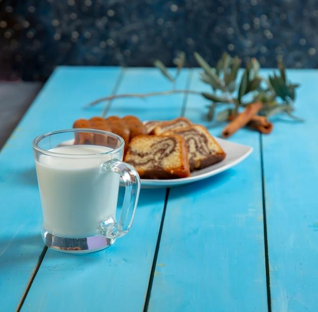 Une Tranche De Gâteau Medovik Traditionnel Et Une Tasse De Thé. Photo gratuit