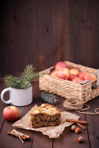 Tranche De Gâteau Avec Panier De Pommes Et De Marrons Photo gratuit
