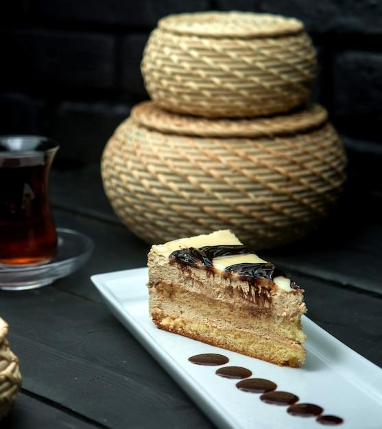 Tranche de gâteau sucré avec des taches de chocolat Photo gratuit
