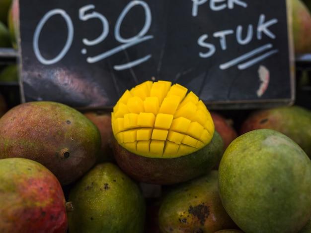 Tranche de mangue coupée en cubes au marché Photo gratuit