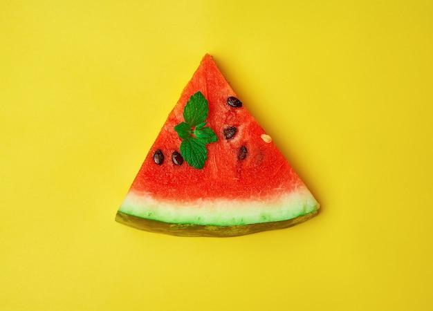 Tranche de melon d'eau rouge mûr avec des graines Photo Premium