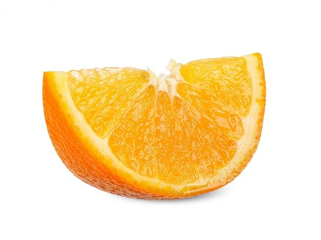 Tranche d'orange isolé sur un tracé de détourage blanc Photo Premium