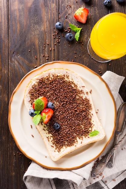 Tranche de pain avec pépites de chocolat hagelslag Photo Premium