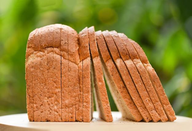 Tranche de pain sur une planche à découper en bois Photo Premium