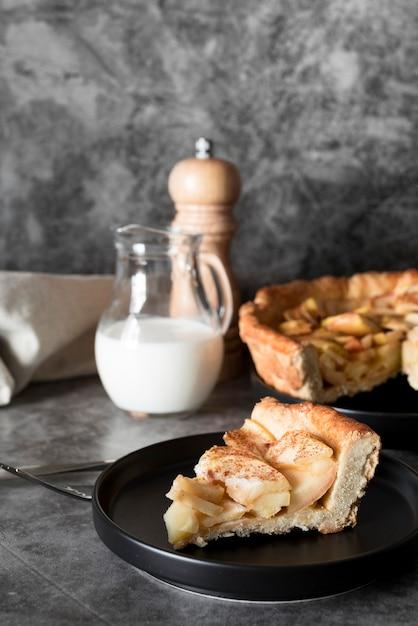 Tranche De Tarte Aux Pommes Vue Avant Sur Plaque Photo gratuit