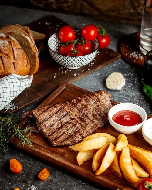 Tranche De Viande Rôtie Et Pommes De Terre Photo gratuit