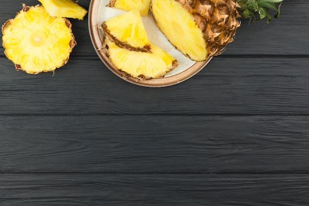 Tranches d'ananas sur assiette Photo gratuit