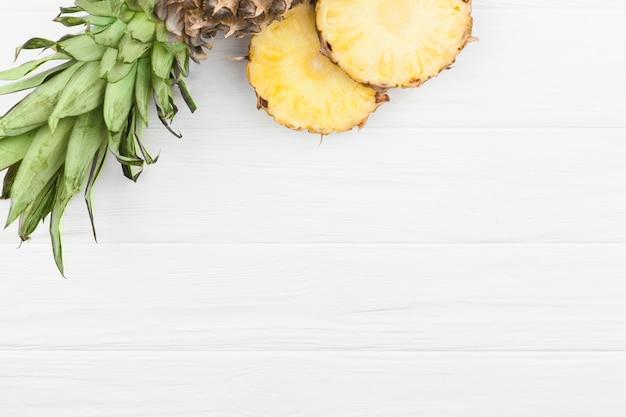 Tranches d'ananas aux feuilles vertes Photo gratuit