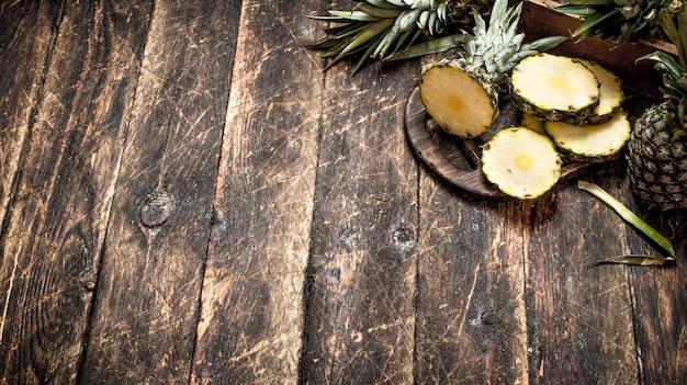 Tranches D'ananas Frais Sur Table En Bois. Photo Premium