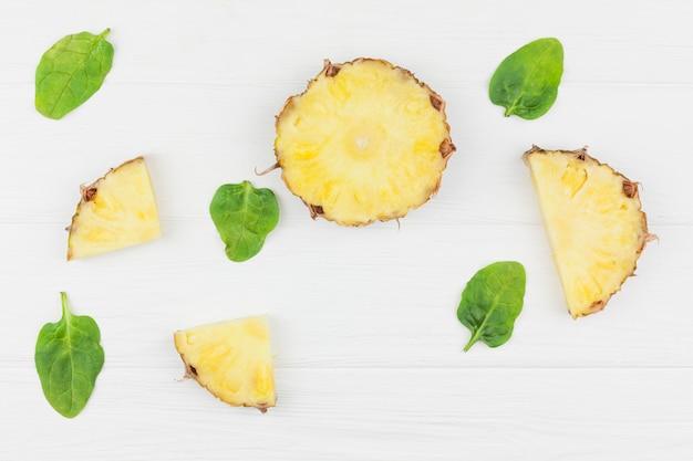 Tranches d'ananas parmi les feuilles de plantes vertes Photo gratuit