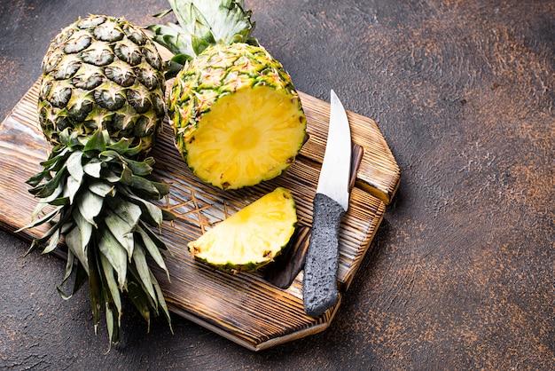 Tranches D'ananas Sur Une Planche à Découper Photo Premium