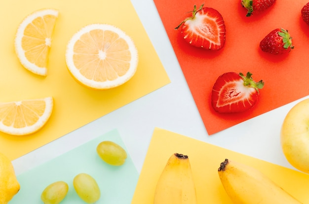 Tranches de banane, fraises, citron vert orange citron vert Photo gratuit