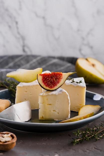 Tranches de camembert à la poire et à la figue Photo gratuit