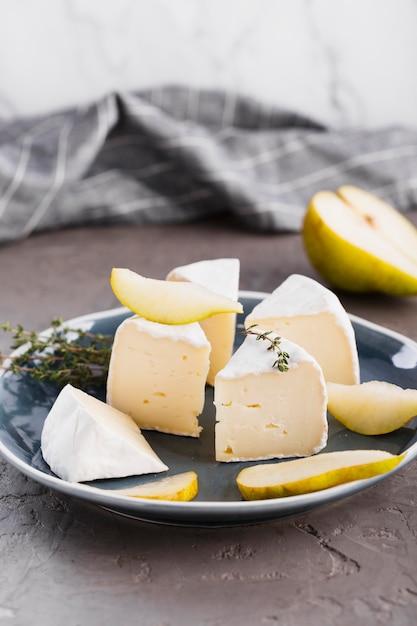 Tranches de camembert à la poire Photo gratuit