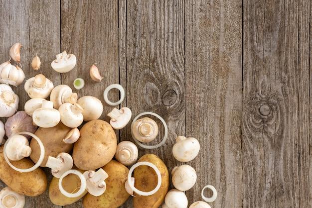 Tranches De Champignons Et Pommes De Terre Sur Une Table En Bois. Photo Premium