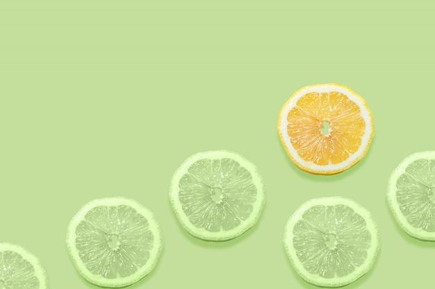 Tranches de citron sur backgrond isolé paltel vert. Photo Premium