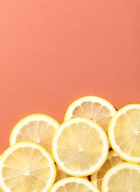 Tranches de citron sur un fond de saumon Photo Premium