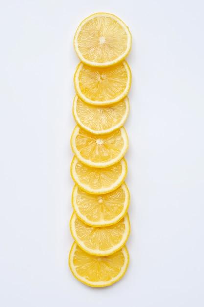 Tranches de citron frais sur blanc Photo Premium