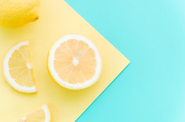 Tranches de citron frais sur table Photo gratuit